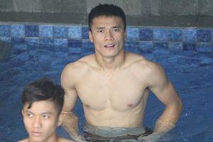Ngắm body siêu chuẩn của các 'hot boy' U23 Việt Nam dưới bể bơi