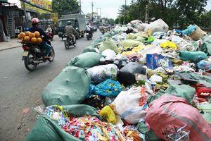 Rác thải công nghiệp tràn ra phố