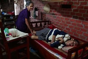 Cụ bà 83 tuổi còng lưng nuôi 4 người con bệnh tật