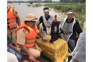 Cảnh sát giao thông đường thủy dùng ca nô giúp dân đưa tang người quá cố
