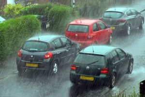 Những vật dụng nhất định cần mang theo khi lái xe thời tiết bão