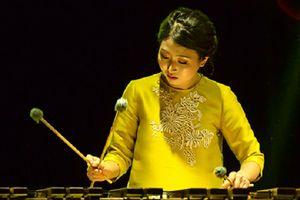 Nghệ sĩ Gina Hyungi Lee chơi nhạc giao hưởng với các vật dụng nhà bếp