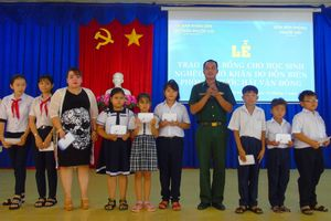 Đồn Biên phòng Phước Hải: Trao quà cho học sinh nghèo