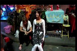 Clip cô gái trẻ bỏ hàng trăm con bò cạp lên người