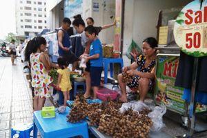 Tái diễn chợ 'cóc' tại khu chung cư