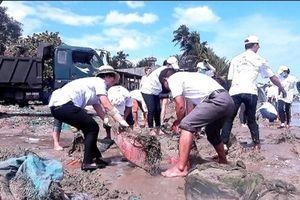 Rác 'quốc tế' lại tràn ngập bờ biển Phan Thiết