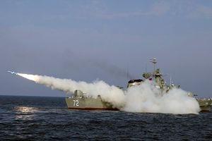 Iran 'dằn mặt' Mỹ bằng tên lửa và chiến cơ mới
