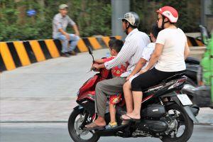 TPHCM: Phụ huynh không đội mũ bảo hiểm cho trẻ sẽ bị phạt nặng, buộc ký cam kết