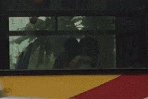 Lại thêm vụ hôn ngực bạn gái trên xe bus Hà Nội
