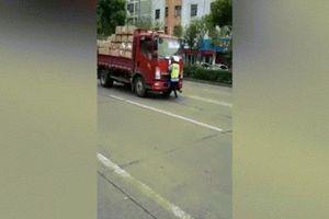 Thót tim cảnh sát hóa 'người nhện' đu bám mũi xe chở hàng suốt cả km