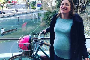 Bộ trưởng New Zealand đi xe đạp đến bệnh viện sinh con