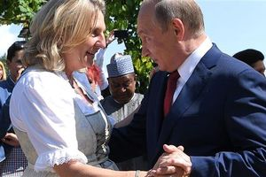 Việc ông Putin khiêu vũ với nữ Bộ trưởng Áo gây chú ý đặc biệt
