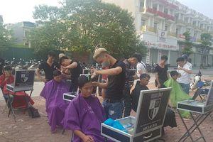 Tiệm cắt tóc miễn phí ngay trên vỉa hè