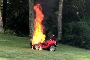 Cháy xe hơi đồ chơi, 2 bé suýt thiệt mạng