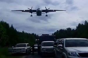 Xem chiến đấu cơ Nga hạ cánh giữa đường đông nghịt xe