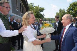 Tổng thống Putin đến dự lễ cưới, khiêu vũ cùng Ngoại trưởng Áo
