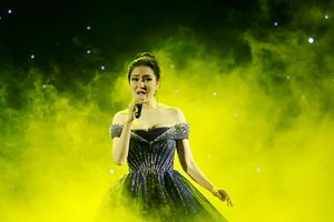 Ngạc nhiên với giọng hát không kém Adele của Hoa hậu Nguyễn Thị Huyền