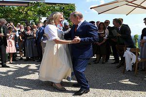 Tổng thống Putin khiêu vũ với cô dâu trong đám cưới Bộ trưởng Ngoại giao Áo: Nhiều ý kiến trái chiều