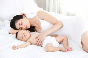 Cảnh báo: Không ngủ cùng con trong 3 năm đầu đời, trẻ sẽ dần trở nên xa lạ với bố mẹ