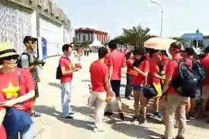 Clip: Cổ động viên Việt Nam đến sân 'tiếp lửa' ở trận đấu với Nhật Bản