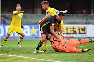 Ronaldo ra mắt nhạt nhòa, Juvetus vất vả lội ngược dòng trước Chievo