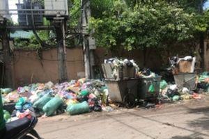 Người Hà Nội khổ vì rác tập kết ở ngã ba đường