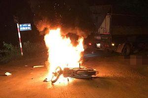 Xe máy cháy rụi sau va chạm, 2 anh em song sinh thương vong