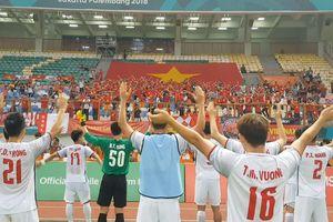 Thắng Nhật Bản, cầu thủ Olympic Việt Nam ăn mừng 'kiểu Viking'