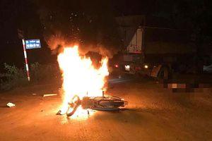 Xe máy bốc cháy sau va chạm ô tô tải, anh em sinh đôi thương vong