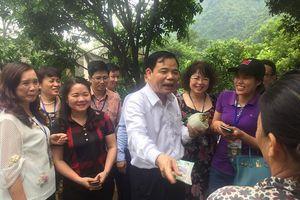 Bộ trưởng Nông nghiệp đến tận vườn mua na của người dân