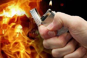 Tức giận vì bị xua đuổi, tưới xăng, châm lửa đốt cả 3 mẹ con 'vợ hờ'