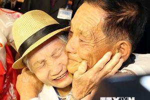 Cuộc hội ngộ của những giọt nước mắt tràn niềm vui sau nhiều thập kỷ