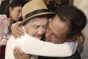 Xúc động cảnh người mẹ 68 năm mới gặp lại con vì chiến tranh Triều Tiên