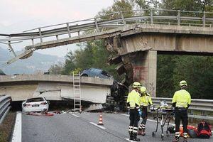 Clip: Cận cảnh hiện trường vụ sập cầu kinh hoàng trên đường cao tốc ở Italy