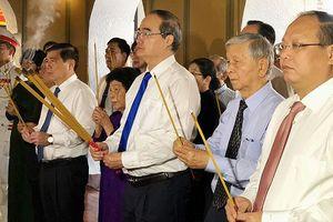 Lãnh đạo TPHCM dâng hương tưởng nhớ Chủ tịch Tôn Đức Thắng