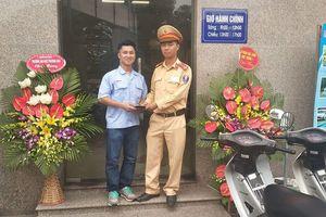 Nhận lại hơn 20 triệu đồng đánh rơi, nam thanh niên viết thư cảm ơn CSGT Hà Nội