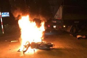Hà Nội: Hai anh em sinh đôi thương vong sau khi đâm vào ô tô tải