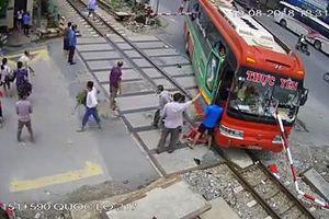 Clip: Xe giường nằm tông vào rào chắn đường sắt, hàng chục hành khách tháo chạy