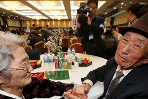 Những hình ảnh xúc động trong đợt đoàn tụ các gia đình ly tán Hàn -Triều sau hơn 60 năm