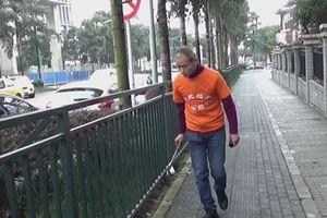 Triệu phú Trung Quốc đi bộ nhặt rác suốt 3 năm