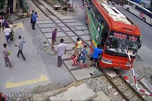 Thanh Hóa: Kinh hoàng video xe khách lao vào gác chắn khi tàu sắp tới