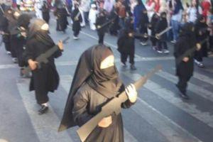 Nhà trẻ gây phẫn nộ vì cho học sinh mặc giống chiến binh IS diễu phố
