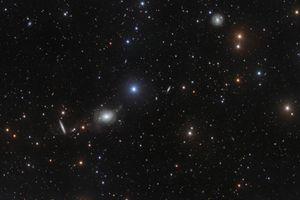 Bức ảnh khác thường về lân cận thiên hà NGC 5018 