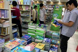 TP.HCM: Phụ huynh than trời vì 'cháy' sách giáo khoa