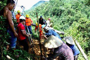 Hàng loạt cột điện gãy đổ, cuộc sống 6.000 hộ dân miền Tây Nghệ An bị đảo lộn