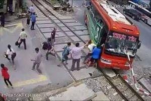 Clip: Xe khách đâm gác chắn đường sắt khi tàu hỏa lao tới