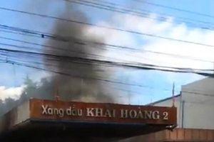 Cây xăng bốc cháy ngùn ngụt, cả khu phố náo loạn