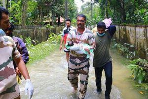 Clip: Cảnh sát biển Kerala giải cứu bé trai 10 ngày tuổi khỏi vùng nước lũ