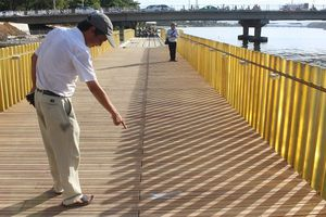 Gỗ lim lát sàn cầu đi bộ sông Hương nứt, nhà thầu nói gì?