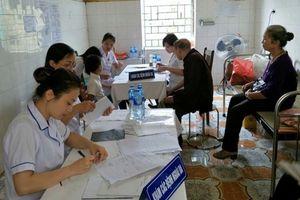 Khám và cấp thuốc miễn phí cho người dân vùng ngập úng xã Tân Tiến